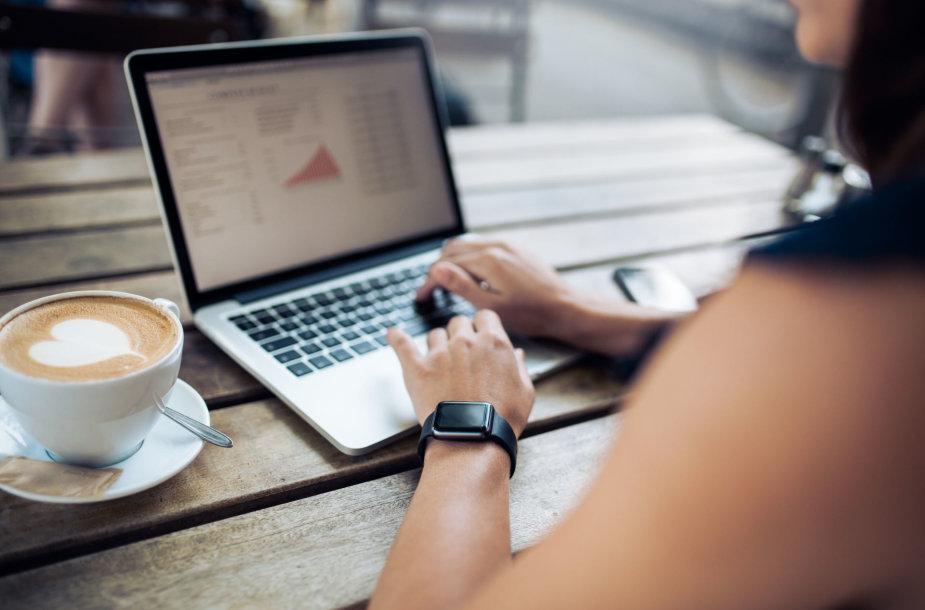Nešiojamasis kompiuteris kavinėje