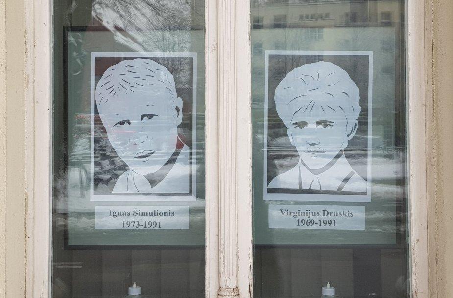 Stasės Vilkienės karpyti laisvės gynėjų portretai Klaipėdos rotušės languose