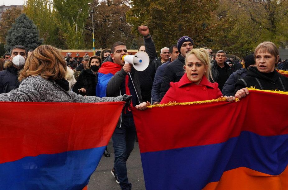 Armėnijoje tūkstančiai žmonių vėl reikalavo premjero atstatydinimo