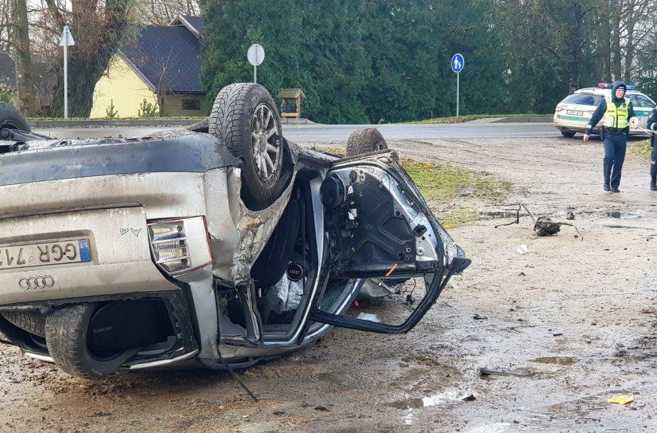 """Netoli Joniškio """"Audi A4"""" nuskrido nuo kelio"""