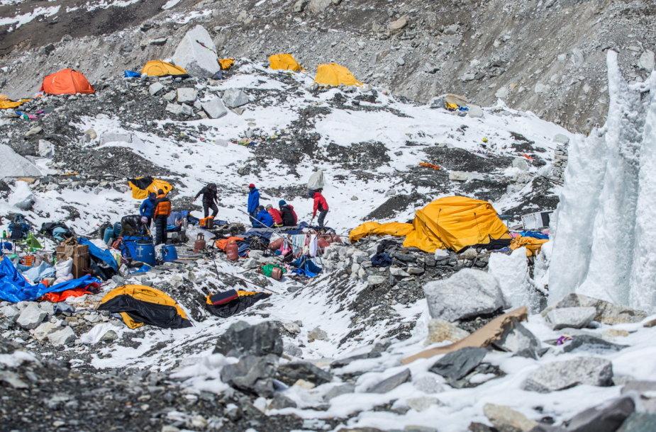 Bazinė alpinistų stovykla Nepale po sniego lavinos, sukeltos žemės drebėjimo