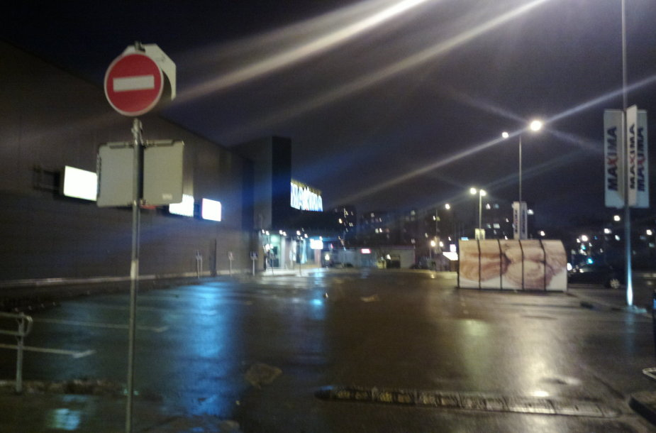 """Vilniaus """"Lukoil"""" degalinėje – specialiųjų tarnybų apgultis."""