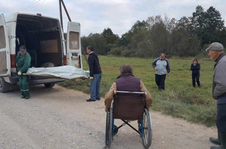 Neįgalus žuvusiojo tėvas krimtosi nespėjęs į pagalbą sūnui.