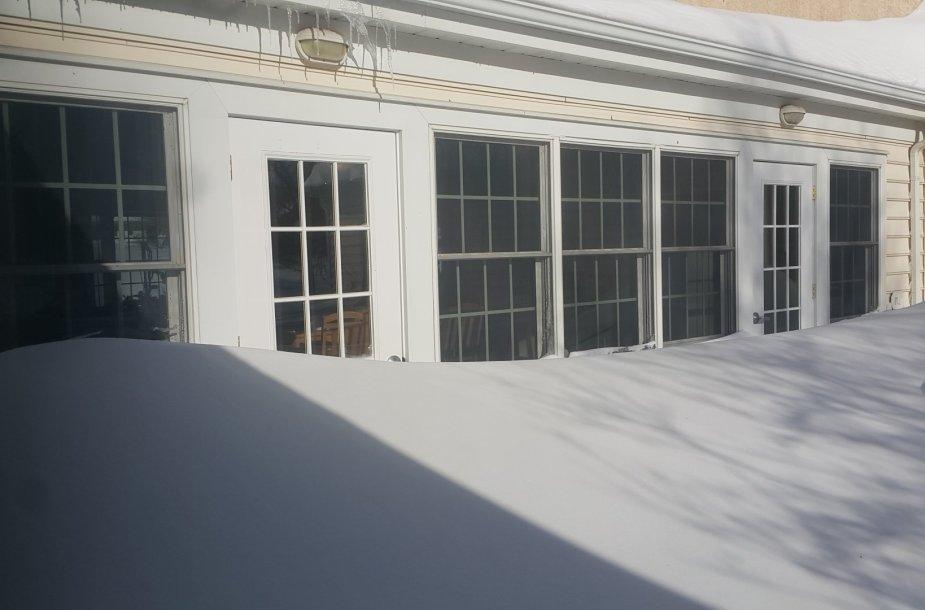 Sniegas trumpam įkalino žmones namuose