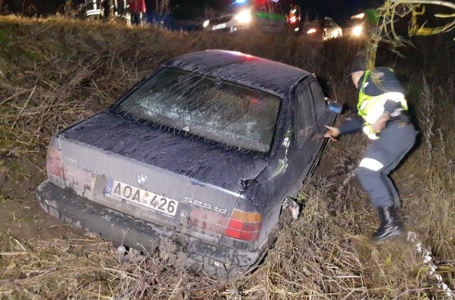 Vilkų kampo kaime nuo kelio nulėkė BMW