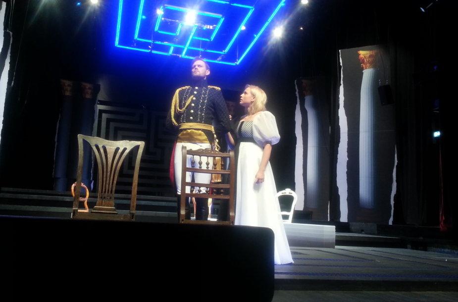 """Akimirkos iš spektaklio """"Karalienė Luizė"""" repeticijos."""