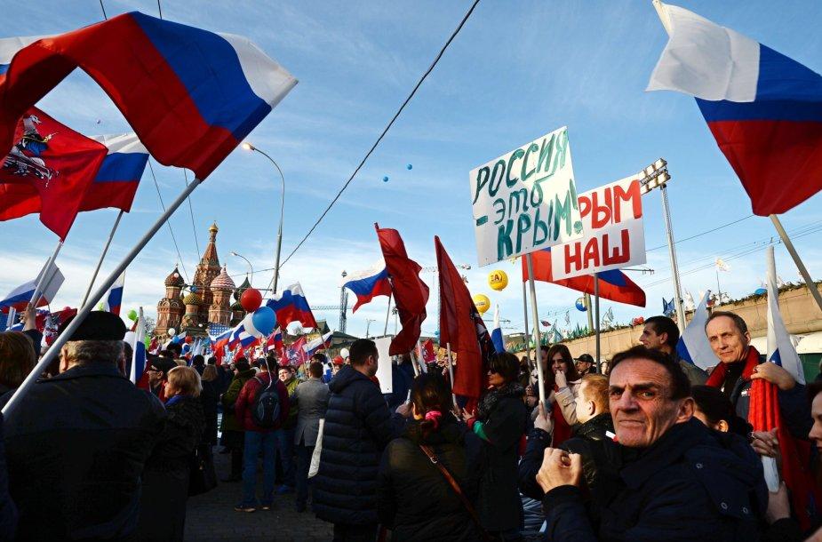Rusija siautulingai švenčia Krymo okupacijos metines.