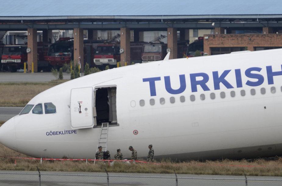 Nepale nuo tako nuslydo Turkijos oro linijų lėktuvas.