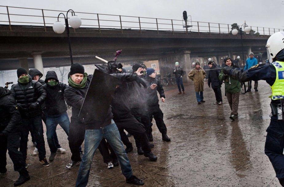Prieš migrantų priėmimą protestuojanti minia susirėmė su Švedijos policijos pareigūnais