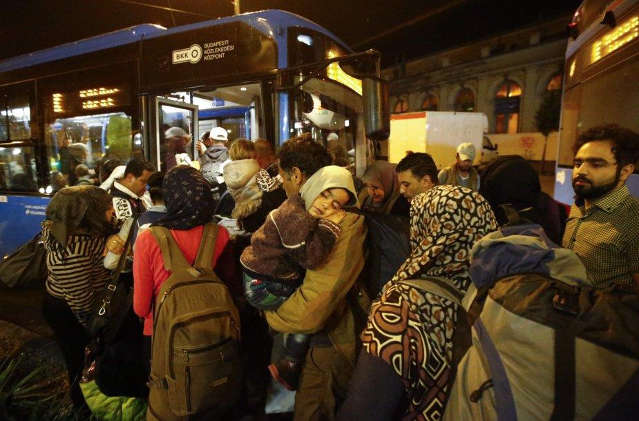 Migrantai autobusais vežami prie sienos su Austrija
