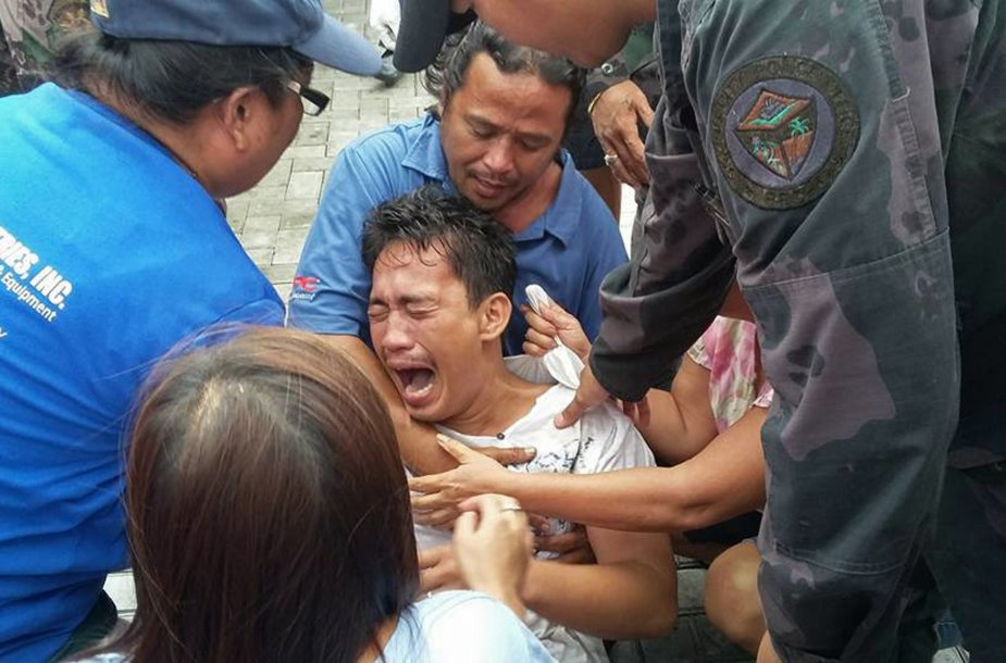 Filipinuose iš apvirtusio kelto išsigelbėję žmonės