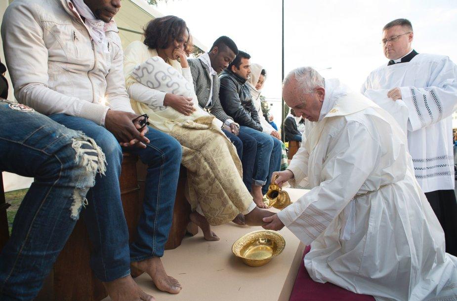 Popiežius plauna kojas