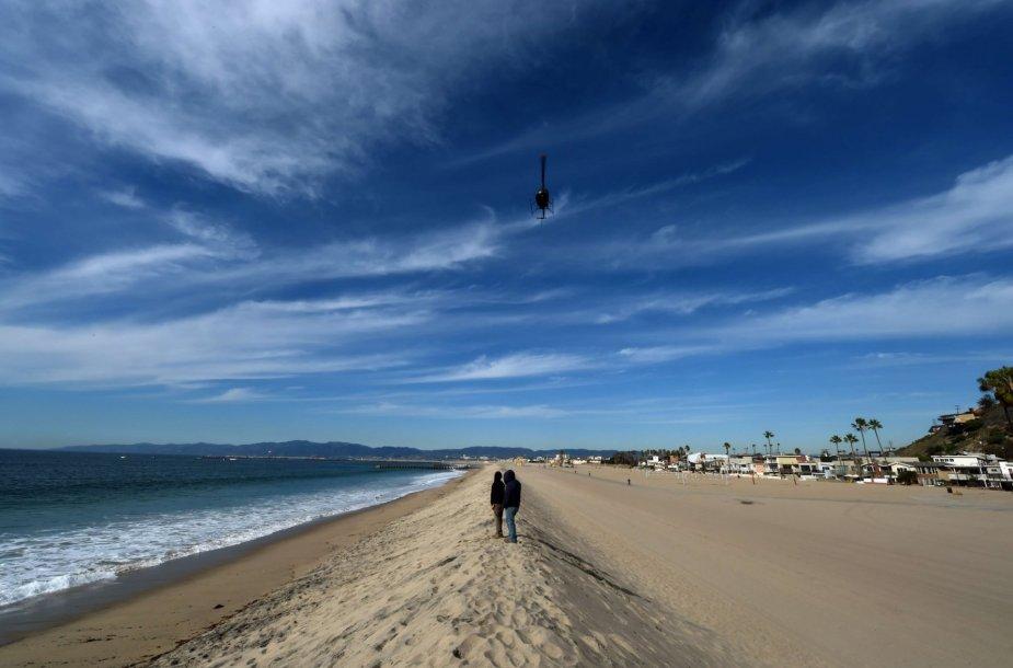 Nuotraukoje matyti pylimai Los Andželo pakrantėje, skirti apsisaugoti nuo El Ninjo sukeltos audros