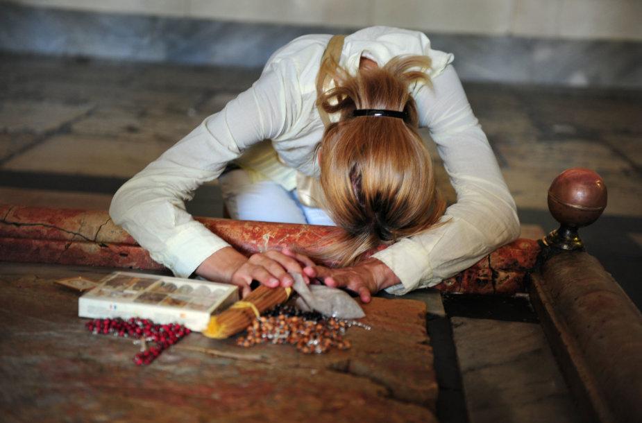 Moteris prie Jėzaus kapo