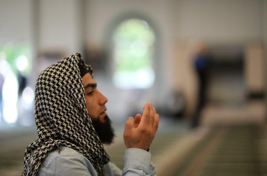 Musulmonas meldžiasi Maskvos mečetėje