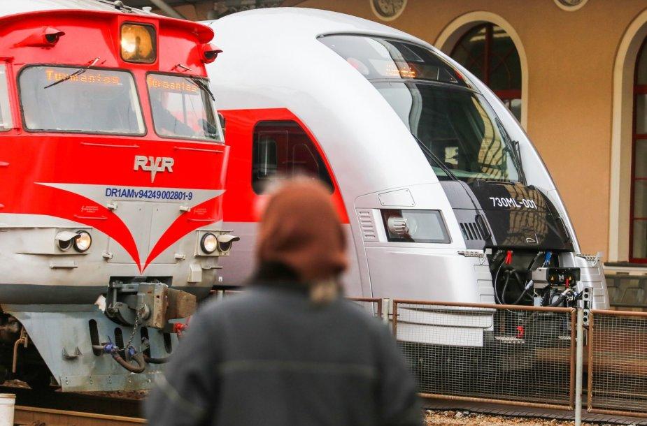 """AB """"Lietuvos geležinkeliai"""" pristatė naują modernų traukinį"""
