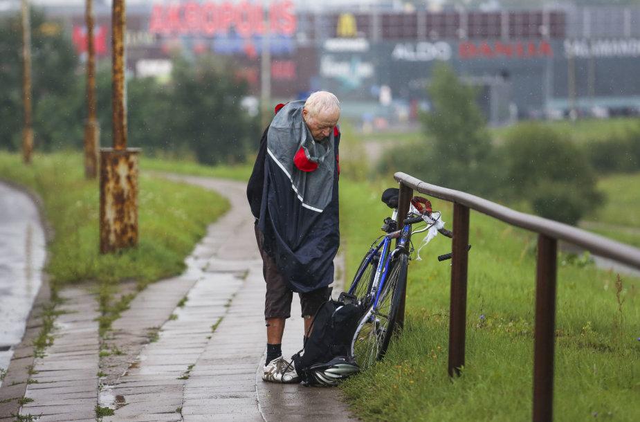 Sostinėje parblokštas dviračiu važiavęs senolis