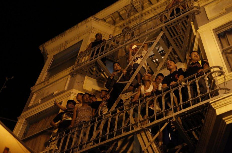Žmonės balkone San Franciske.