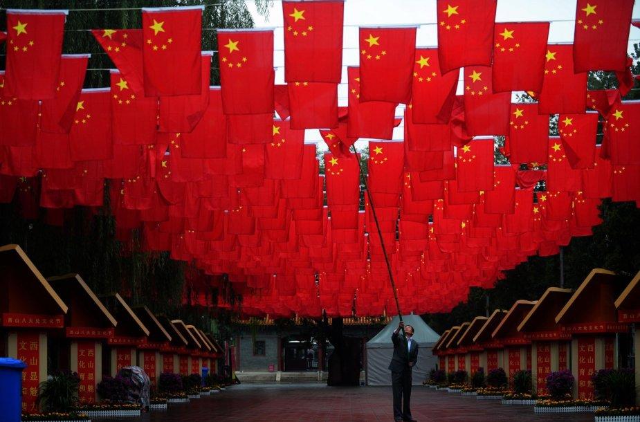 Vyras taiso Kinijos vėliavą prieš nacionalinę šventę