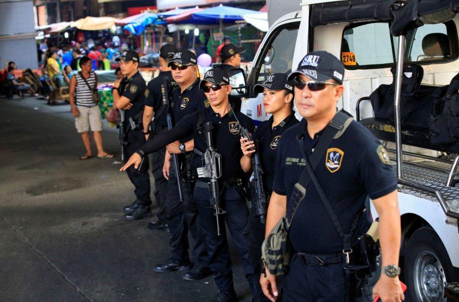 Filipinų policijai ypač trūkstant pinigų pareigūnams tenka patiems pirkti šovinius