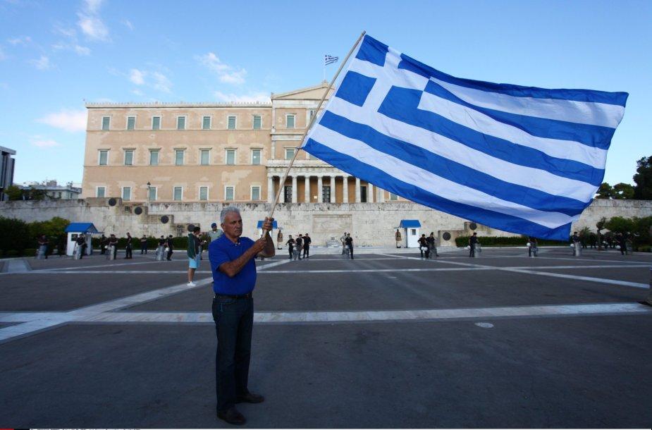 Žmogus su Graikijos vėliava netoli šalies parlamento