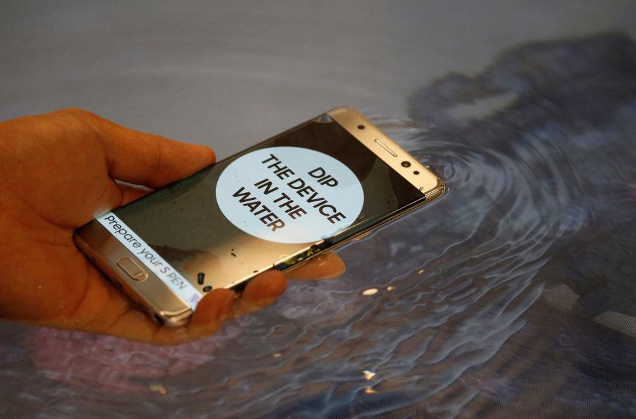 """Pamerkti į vandenį – turbūt saugiausias būdas naudoti """"Galaxy Note 7"""""""