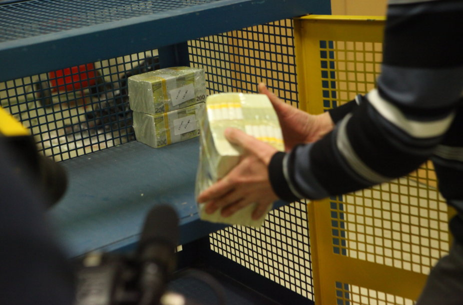Nauja eurų siunta į Lietuvos banko pinigų saugyklas gabenta su policijos palyda.