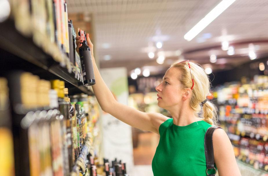 Moteris renkasi produktus