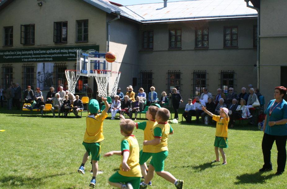 Sporto muziejaus kiemelyje vaikai galės ir pažaisti.