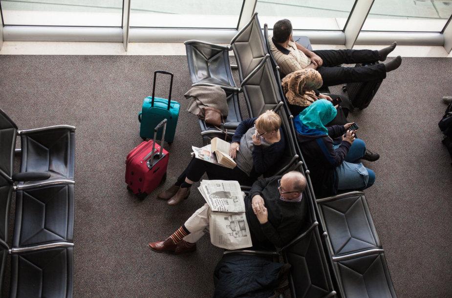 Turistai oro uoste laukia skrydžio