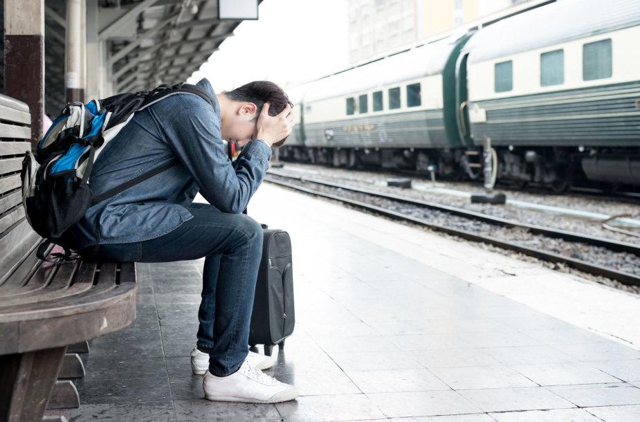 Prastai besijaučiantis turistas traukinių stotyje
