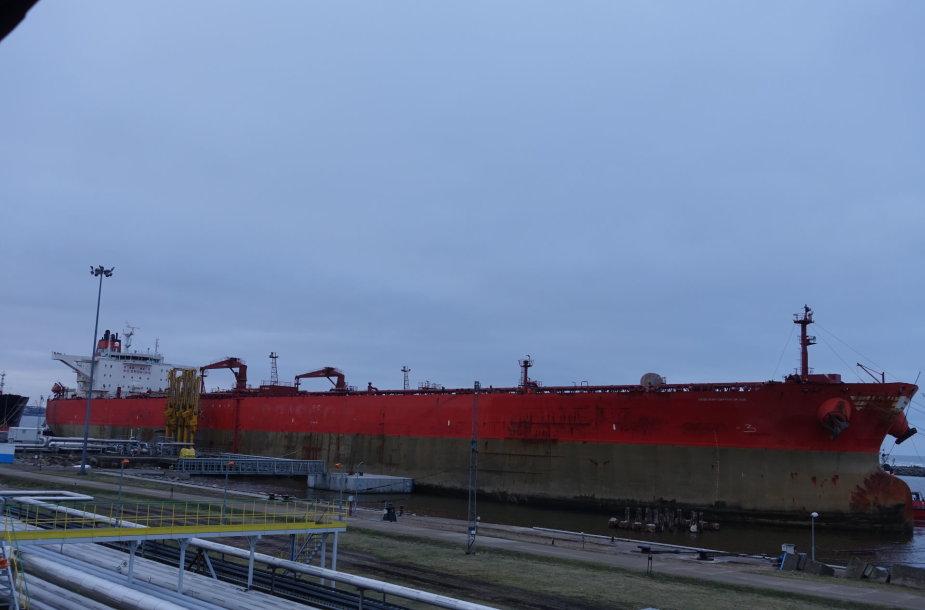 Į Klaipėdos uostą įplaukė gigantiškas tanklaivis.