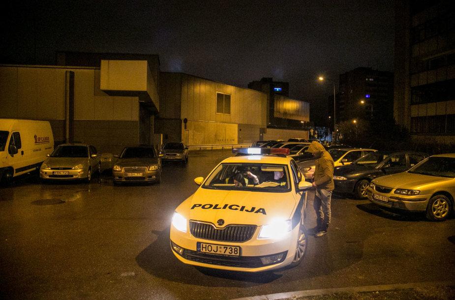 Girta vairuotoja Vilniuje apgadino kieme stovinčius automobilius