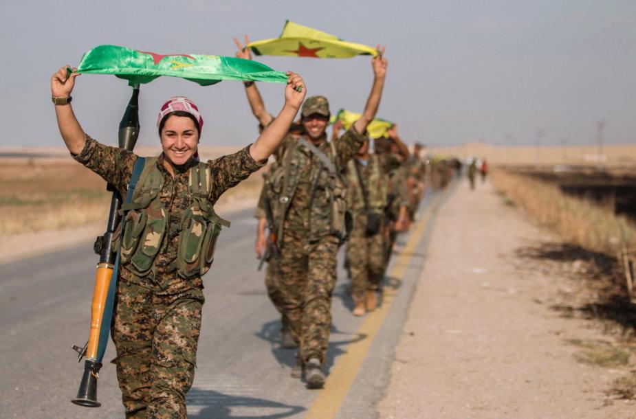 Kurdų kovotojos prieš IS džihadistus