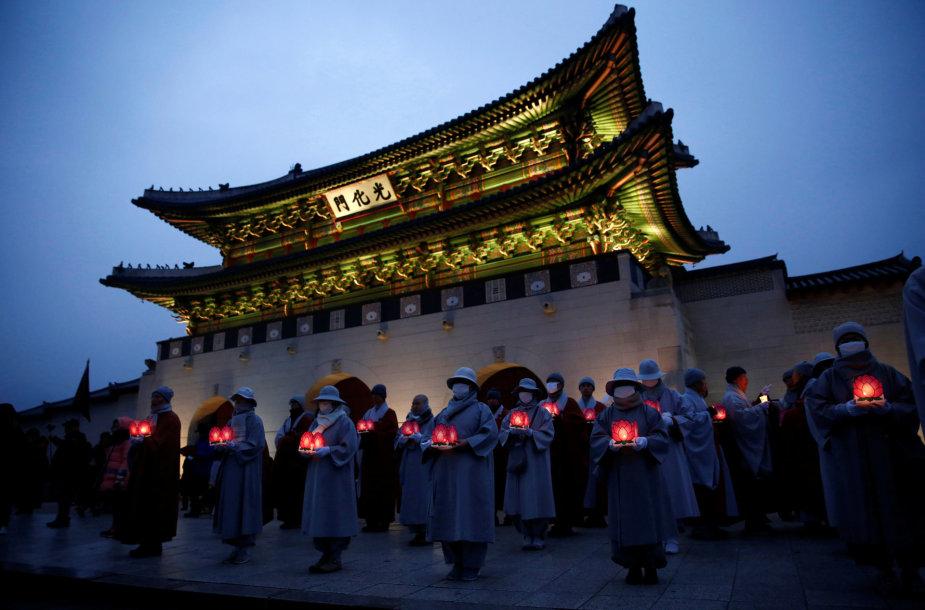 Budistų vienuoliai proteste ragina atsistatydinti Pietų Korėjos prezidentę