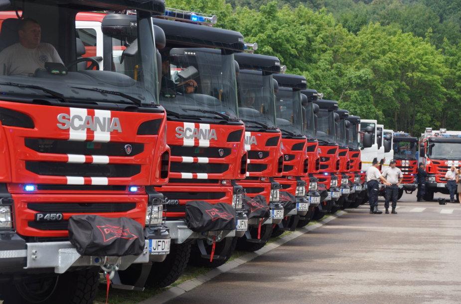 Ugniagesiams gelbėtojams perduotos naujos gaisrinės automobilinės cisternos ir lengvieji automobiliai