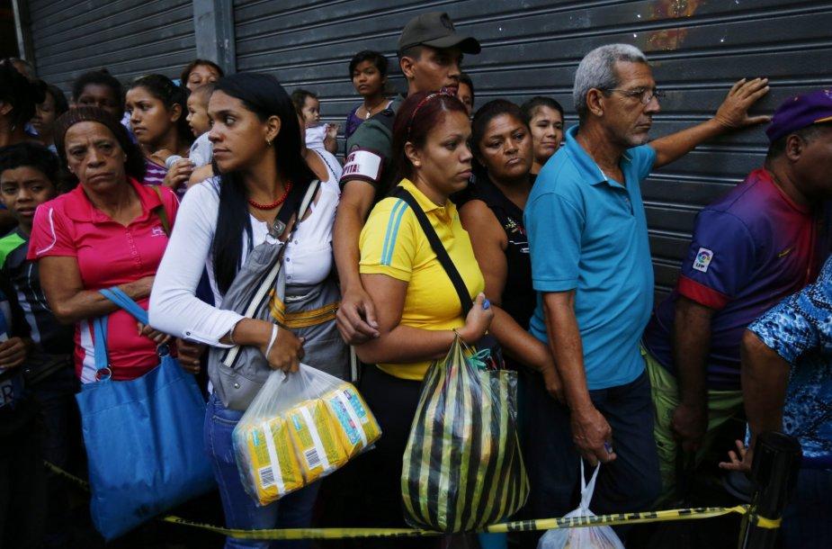Eilės prie parduotuvių Venesueloje.