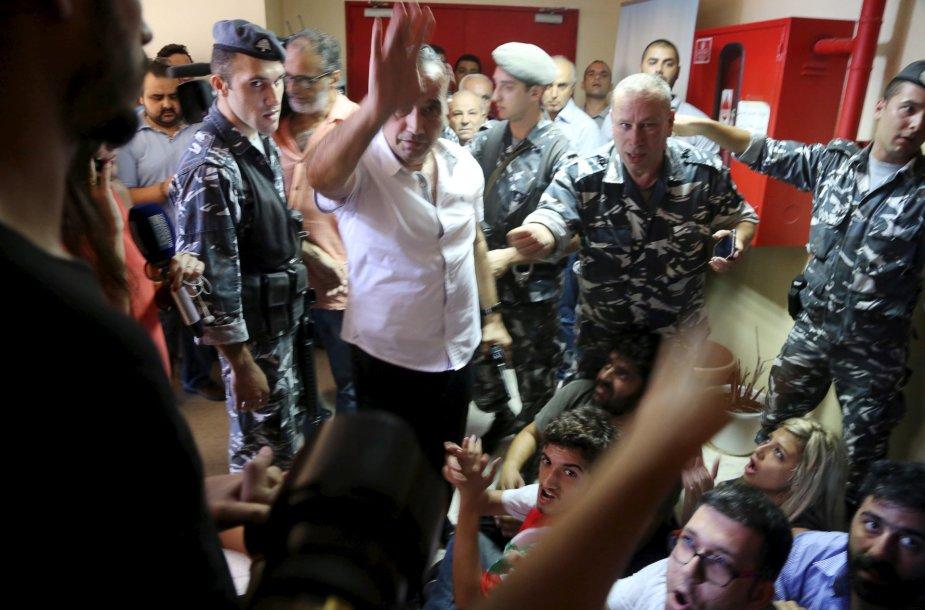 Protestuotojai užėmė aplinkos apsaugos ministeriją