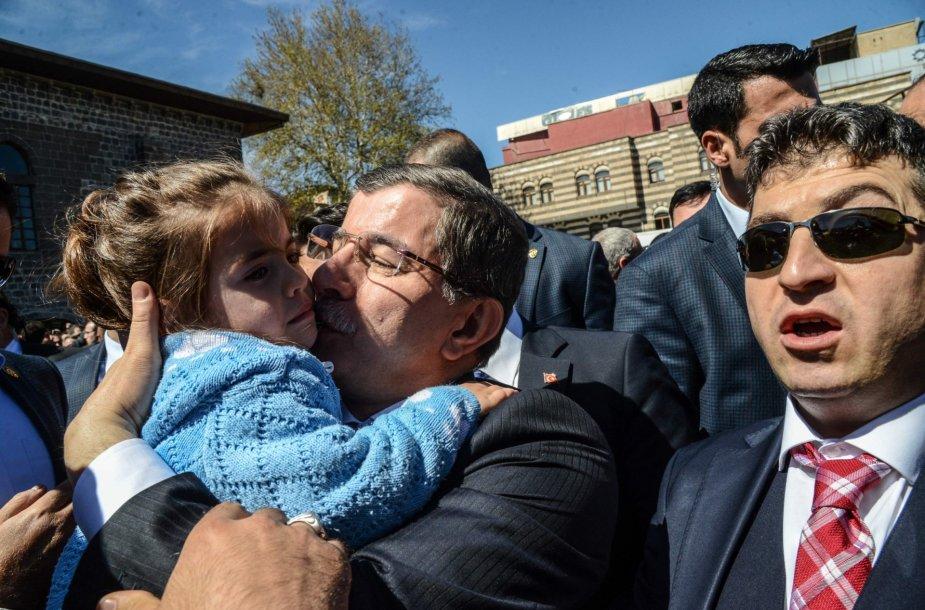 Ahmetas Davutoglu lanko nuo teroro akto nukentėjusias šeimas