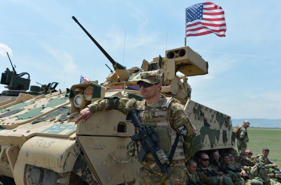 """JAV karys prie pėstininkų kovos mašinos """"Bradley"""""""