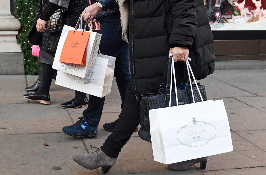 Londone lietuviai perka įvairiausias prekes - nuo drabužių iki higienos priemonių.