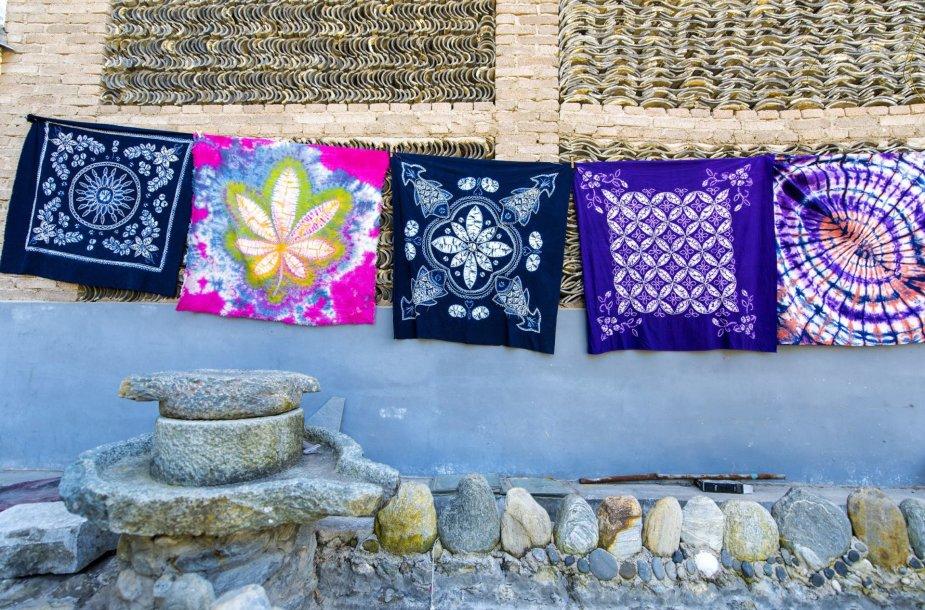 Kinijoje itin kruopščiai batikos būdu marginami audiniai