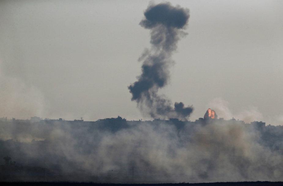 """Izraelio pajėgos smogė """"Hamas"""" kariniam punktui Gazos Ruože"""