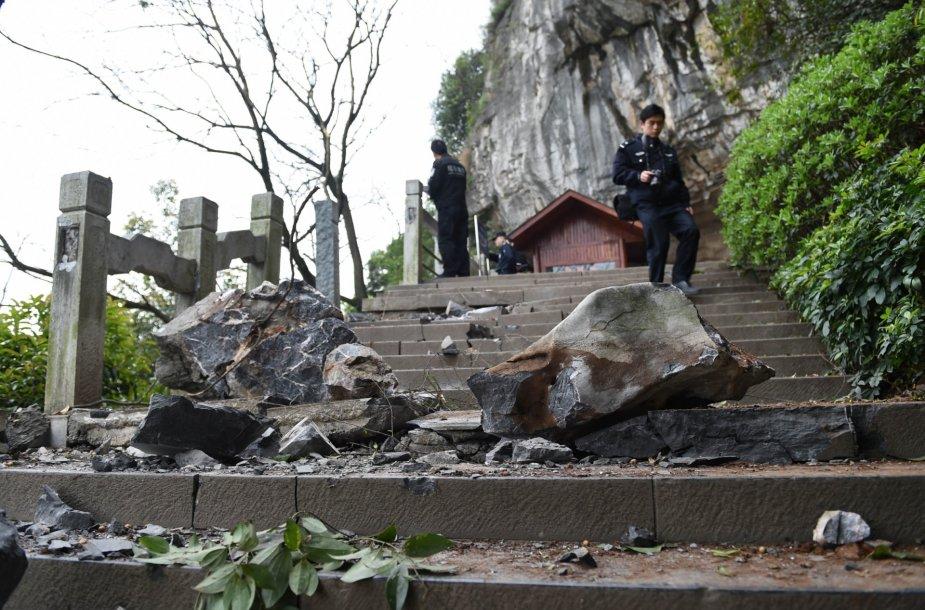 Keturi žmonės žuvo per akmenų griūtį Kinijoje.