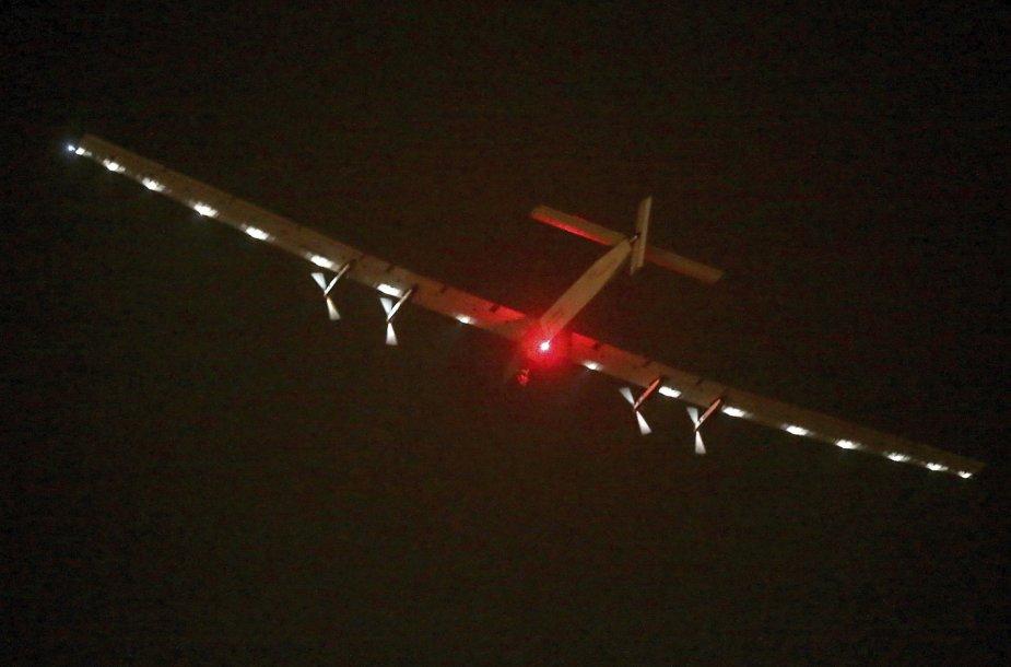 """Vien saulės energija varomas lėktuvas """"Solar Impulse 2"""""""