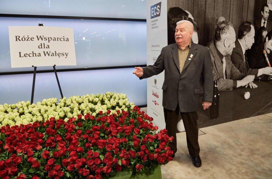 Kolaboravimu su komunistais apkaltintam Lenkijos eksprezidentui Walesai gerbėjai padovanojo 1 000 rožių