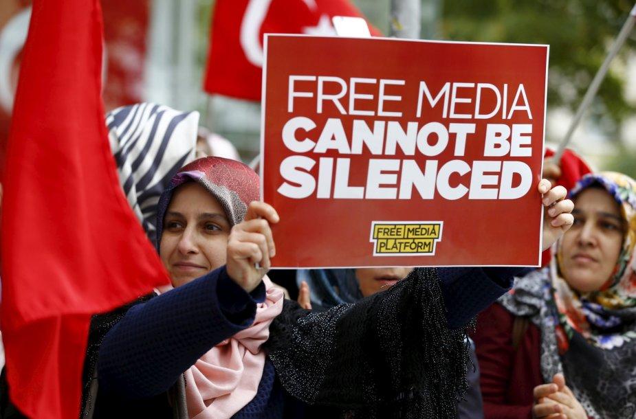 Gyventojų protestas dėl vyriausybę kritikuojančios žiniasklaidos grupės būstinės šturmo