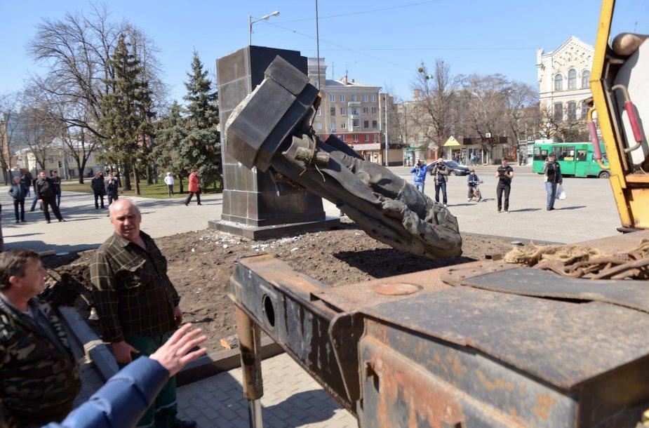 Ukrainoje verčiamos komunistinių lyderių statulos