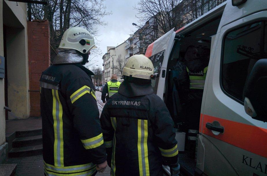 Į įvykio vietą atskubėjo medikai, ugniagesiai ir policija.