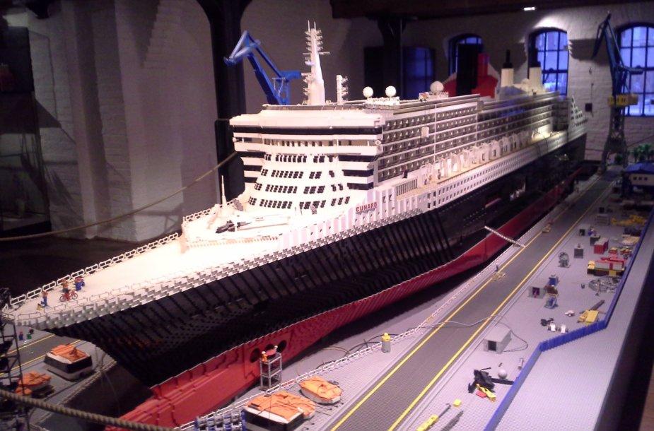 """Laivo """"Queen Mary II"""" modelis iš LEGO kaladėlių"""